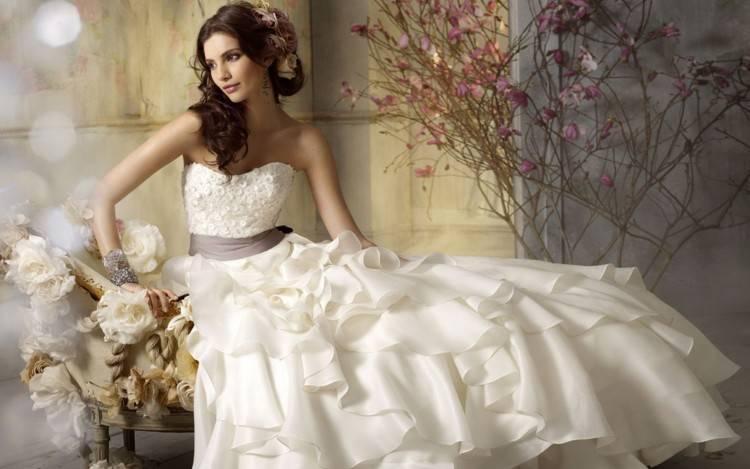Брюнетка в свадебном платье со спины