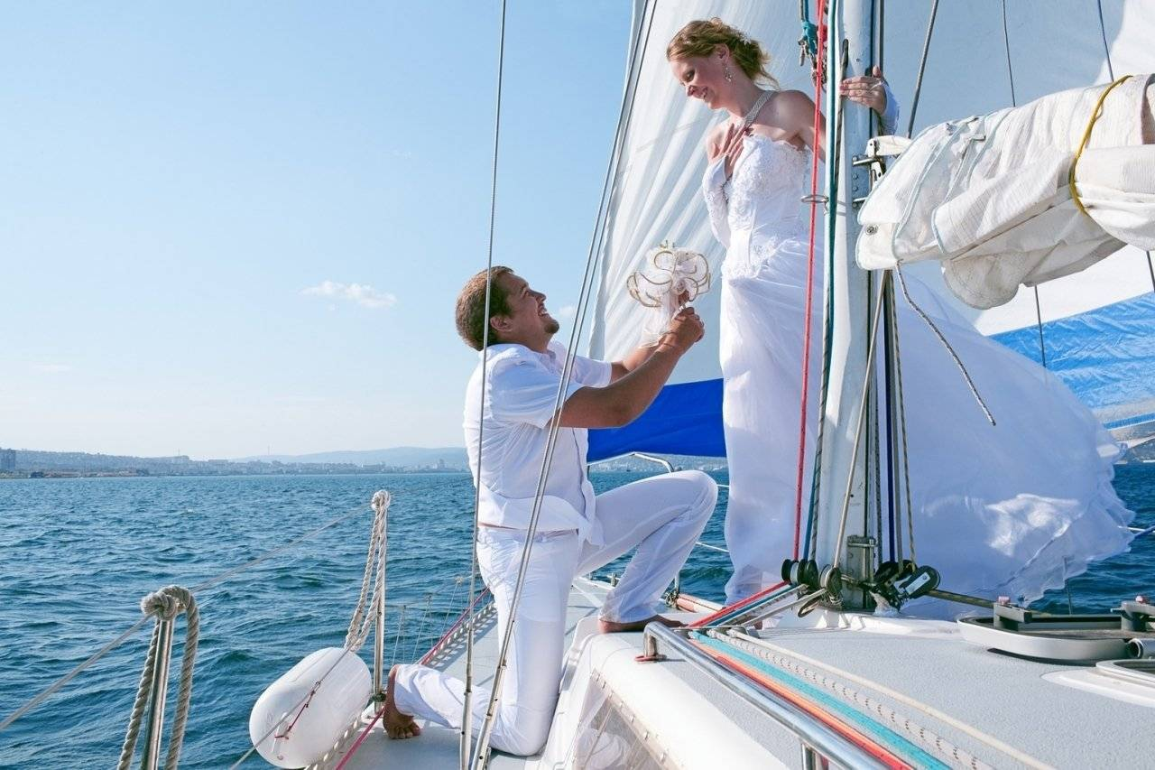 Ретро двое мужиков на яхте и женщина фильм