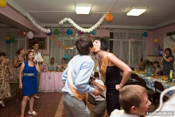 Игры на свадьбе для гостей за столом