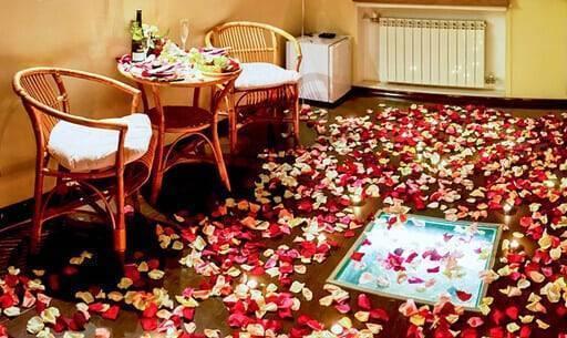 Украшение лепестками роз